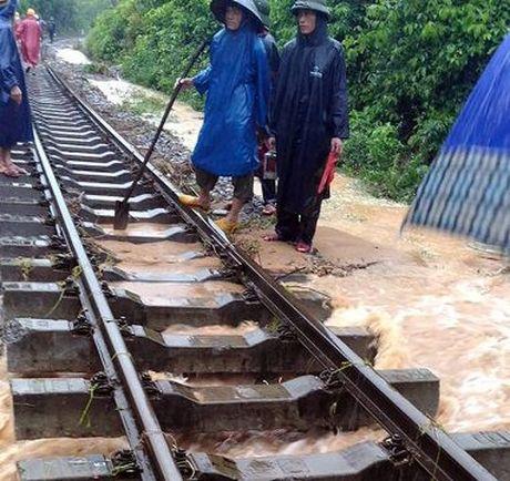 Lu lut mien Trung: Toi mai duong sat Bac-Nam moi thong tuyen - Anh 1