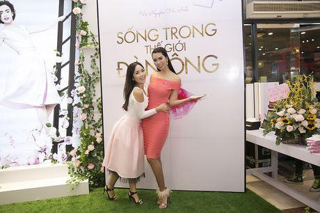 Sach viet ve the gioi dan ong cua sieu mau Ha Anh 'chay hang' - Anh 3