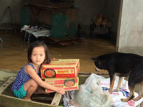 Nuoc sach va mi goi theo thuyen den nguoi dan vung lu Ha Tinh - Anh 10