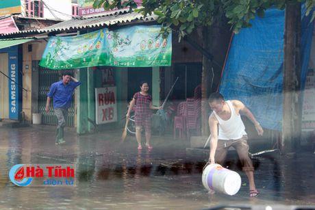 Het mua roi, thanh pho Ha Tinh van con 'song'...! - Anh 16