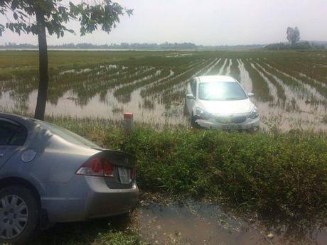 Nam Dan: 2 xe hop chay toc do cao cung nhau 'loi' ruong - Anh 2