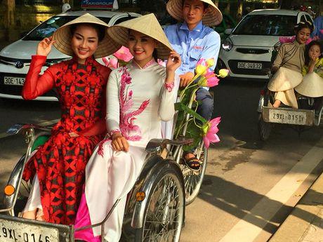 Dan nghe sy dieu hanh ao dai tren cac tuyen pho Ha Noi - Anh 12