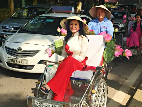 Dan nghe sy dieu hanh ao dai tren cac tuyen pho Ha Noi - Anh 1
