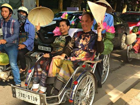 Dan nghe sy dieu hanh ao dai tren cac tuyen pho Ha Noi - Anh 4