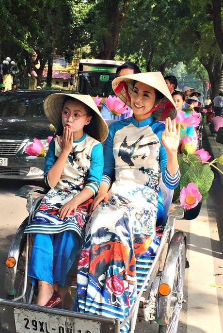 Dan nghe sy dieu hanh ao dai tren cac tuyen pho Ha Noi - Anh 6