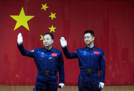 Ngay mai (17/10), Trung Quoc dua hai phi hanh gia vao khong gian - Anh 1