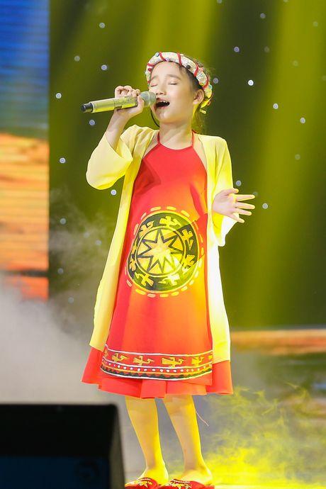 Noo Phuoc Thinh nhun nhay tren ghe nong co vu cho tro cung - Anh 10