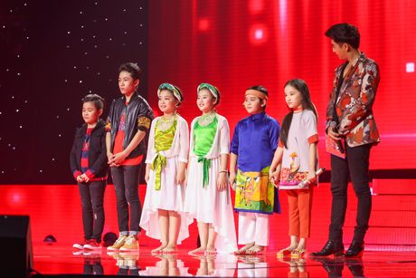 Noo Phuoc Thinh nhun nhay tren ghe nong co vu cho tro cung - Anh 12