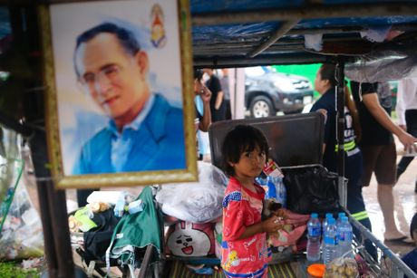 Nguoi Thai doi mua cho vieng Quoc vuong Bhumibol - Anh 6