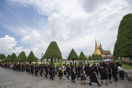 Thai Lan 'chay hang' quan ao mau den - Anh 1