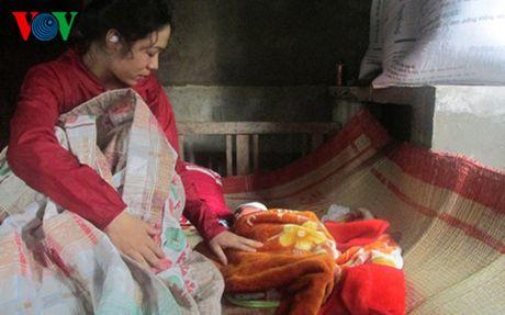 Quang Binh: 2 me con san phu duoc so tan luc nua dem khi lu ve - Anh 1