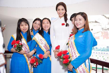 HH Pham Huong dep hut hon voi ao dai trang tinh khoi - Anh 3