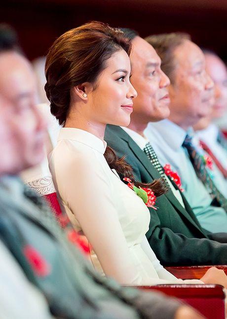 HH Pham Huong dep hut hon voi ao dai trang tinh khoi - Anh 4