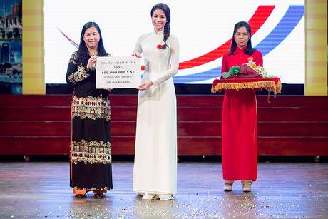 HH Pham Huong dep hut hon voi ao dai trang tinh khoi - Anh 5