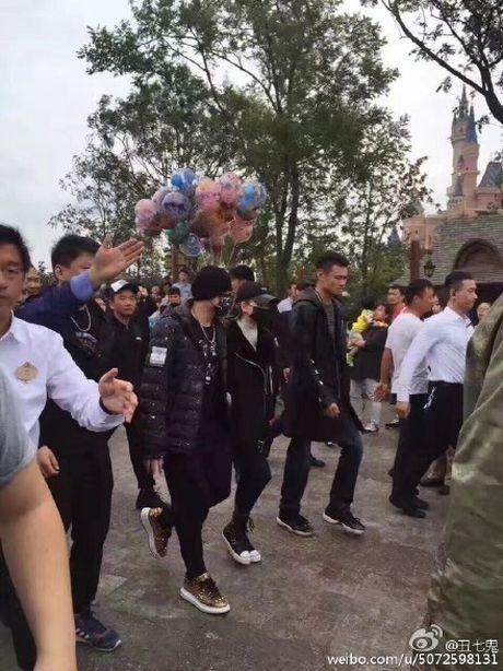 Vo chong Chau Kiet Luan di choi Disneyland voi 4 ve si - Anh 1