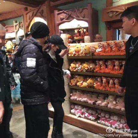Vo chong Chau Kiet Luan di choi Disneyland voi 4 ve si - Anh 3
