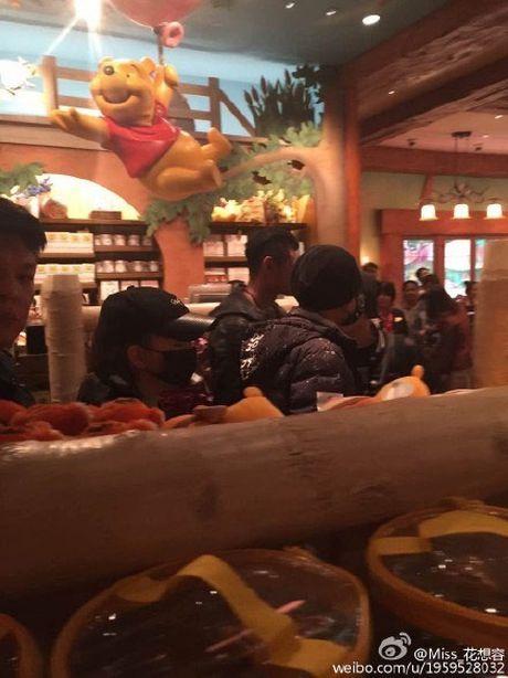 Vo chong Chau Kiet Luan di choi Disneyland voi 4 ve si - Anh 6