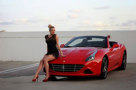 'Bong hong Tay' sexy ben Ferrari California T tien ty - Anh 1