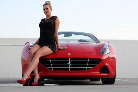 'Bong hong Tay' sexy ben Ferrari California T tien ty - Anh 3