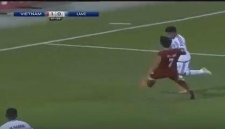 U19 Viet Nam cam hoa UAE trong the thieu nguoi - Anh 3