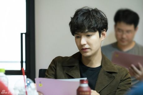 Lee Min Ho dep trai ngoi ngoi ben Jun Ji Hyun trong buoi doc kich ban phim - Anh 2