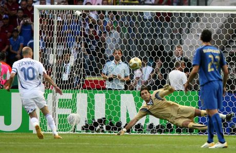 Con trai Zidane tai hien cu panenka kinh dien cua bo - Anh 1