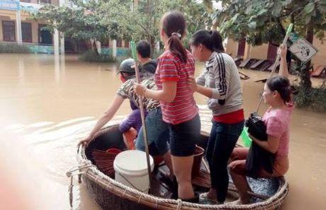 Quang Binh: 70% truong hoc bi ngap, gan 50% hoc sinh chua the den truong - Anh 1
