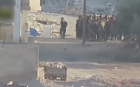 Clip: Phien quan ban ten lua TOW, mot nhom binh si Syria thuong vong - Anh 2