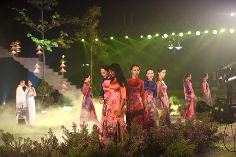 Tren ba van luot khach tham quan Festival ao dai Ha Noi - Anh 1