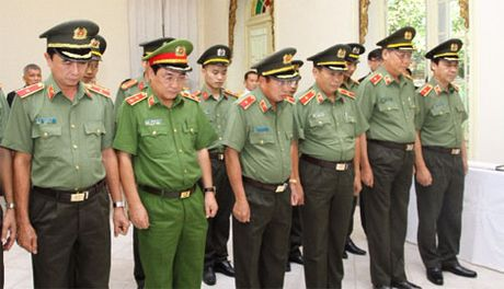 Doan dai bieu Bo Cong an vieng Nha vua Thai Lan Bhumibol Adulyadej - Anh 2