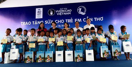 Quy sua Vuon cao Viet Nam va Vinamilk trao tang sua cho tre em tai Can Tho - Anh 1