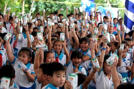 Quy sua Vuon cao Viet Nam va Vinamilk trao tang sua cho tre em tai Can Tho - Anh 6