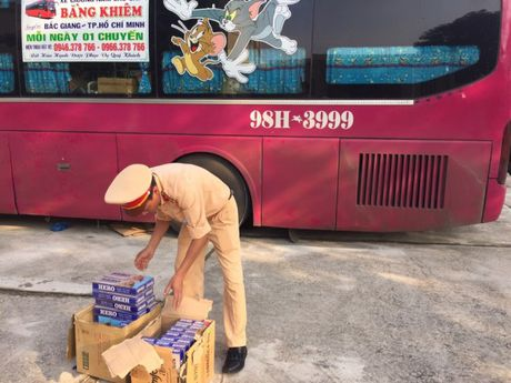 Thanh Hoa: Bat giu hang nghin bao thuoc la khong co giay to hop le - Anh 1
