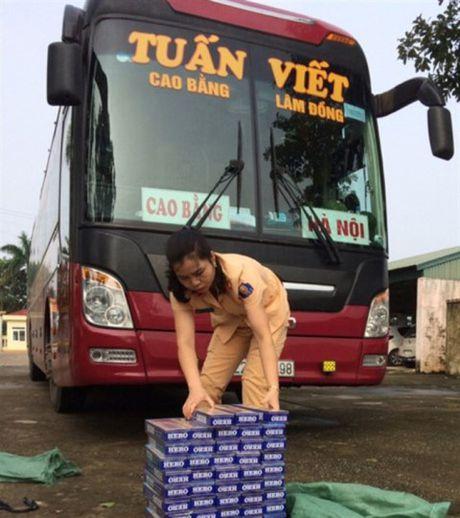 Thanh Hoa: Bat giu hang nghin bao thuoc la khong co giay to hop le - Anh 2