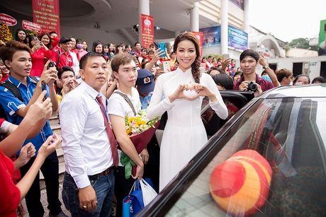 Pham Huong duyen dang trong ta ao dai di tham du su kien - Anh 1