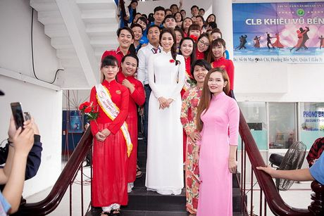 Pham Huong duyen dang trong ta ao dai di tham du su kien - Anh 2