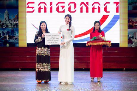Pham Huong duyen dang trong ta ao dai di tham du su kien - Anh 7