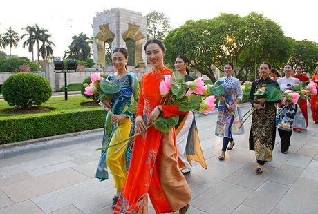 Be mac Festival ao dai Ha Noi - Anh 8