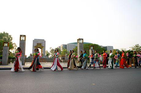 Be mac Festival ao dai Ha Noi - Anh 9