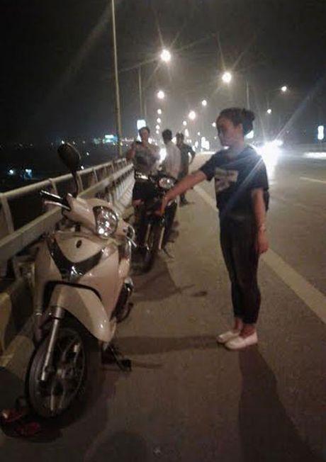 Mot phu nu tu tu tai cau Phu Dong - Anh 1