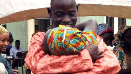 21 nu sinh bi Boko Haram bat coc da duoc doan tu voi gia dinh - Anh 1