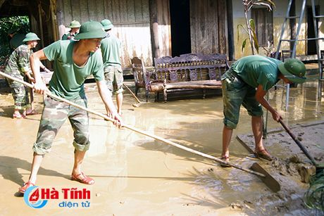 Bo doi ve lang giup dan khac phuc hau qua lu lut - Anh 10