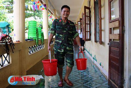 Bo doi ve lang giup dan khac phuc hau qua lu lut - Anh 3