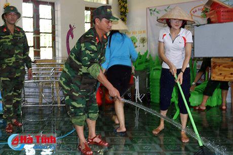 Bo doi ve lang giup dan khac phuc hau qua lu lut - Anh 4