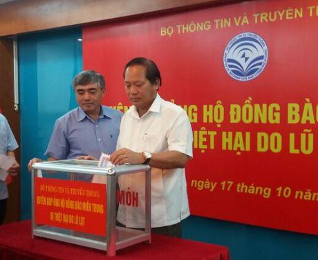 Bo TT&TT ung ho dong bao mien Trung bi lu lut - Anh 1