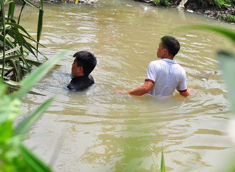 Lap dat luoi sat tren mieng cong 'nuot' be trai o Binh Duong - Anh 3