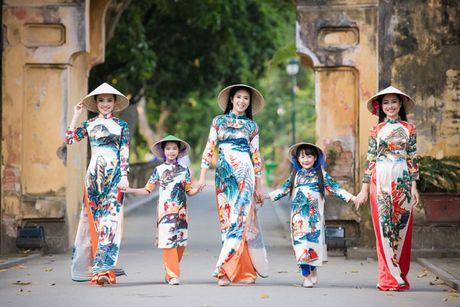 HH Ngoc Han cung dan nguoi dep dieu hanh tren pho Ha Noi - Anh 2