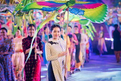 HH Ngoc Han cung dan nguoi dep dieu hanh tren pho Ha Noi - Anh 3