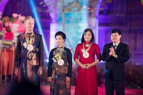 HH Ngoc Han cung dan nguoi dep dieu hanh tren pho Ha Noi - Anh 7