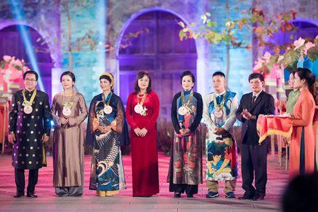 HH Ngoc Han cung dan nguoi dep dieu hanh tren pho Ha Noi - Anh 8